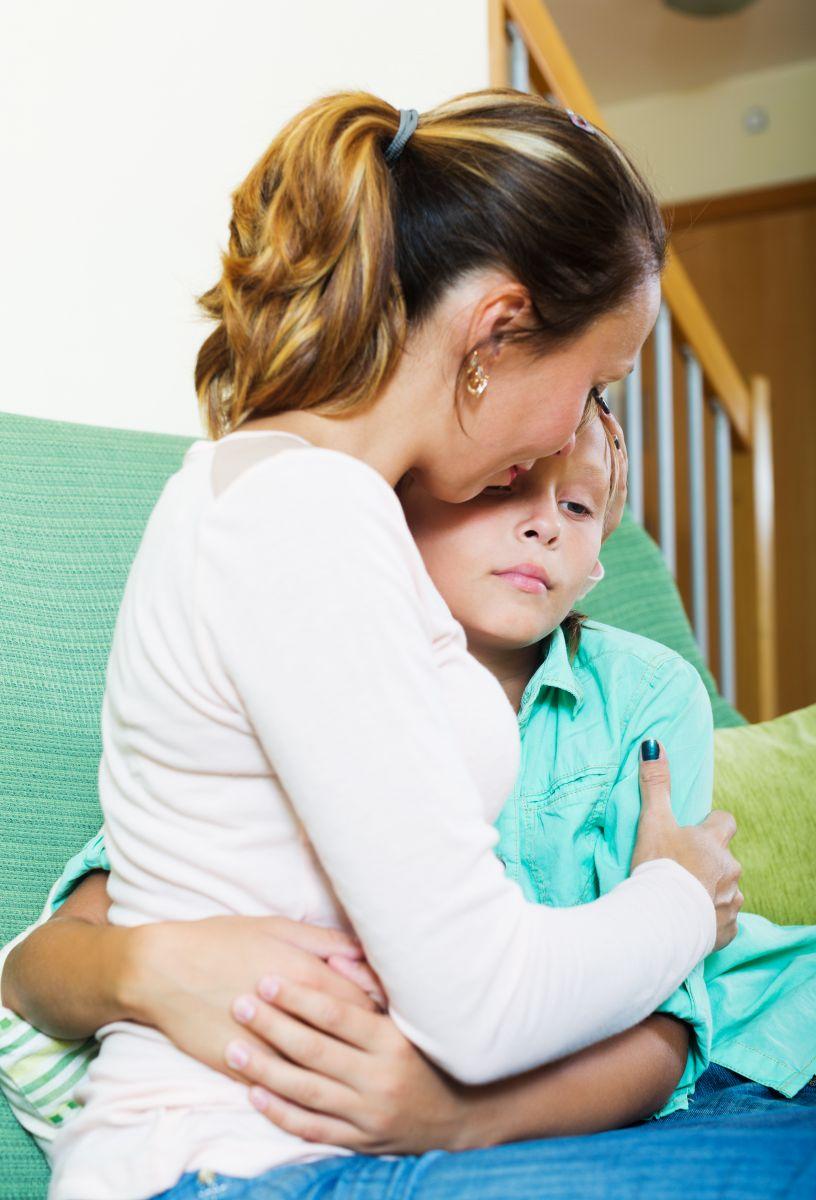 majka grli zabrinuto dete