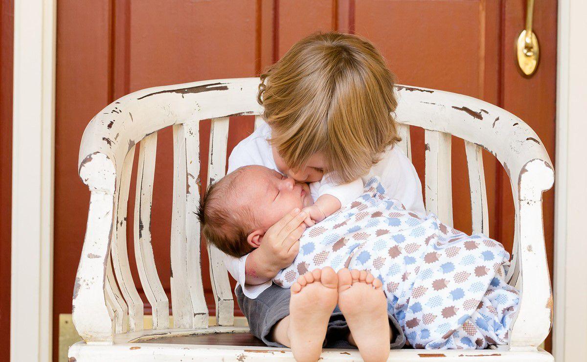 dete drži bebu u naručju