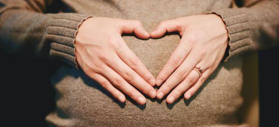 Trudnica koja pravi srce dlanovima