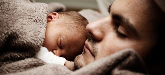 beba spava na tatinim grudima